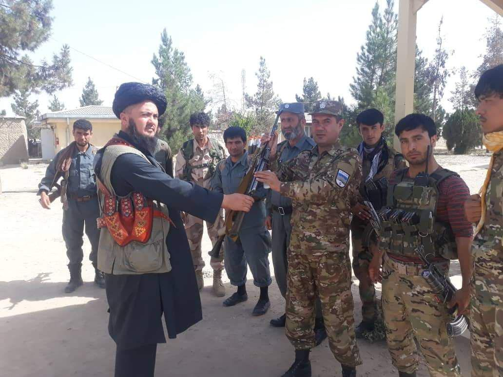 Photo of مسئول ارشاد، دعوت و جلبوجذب گروه طالبان در ولسوالی خواجه غار به پلیس تخار تسلیم شد