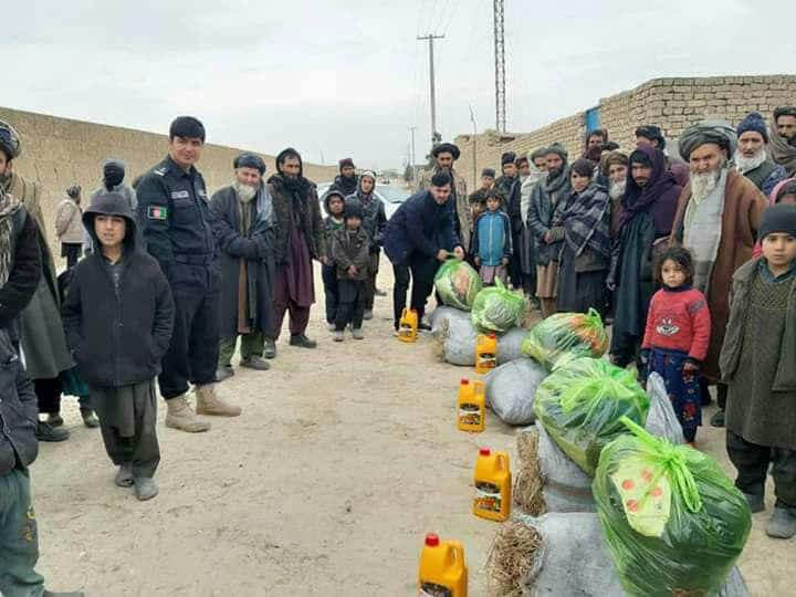 Photo of توزیع کمک زمستانی به بیش از ۲۸۰ خانواده توسط جوانان و پولیس بلخ
